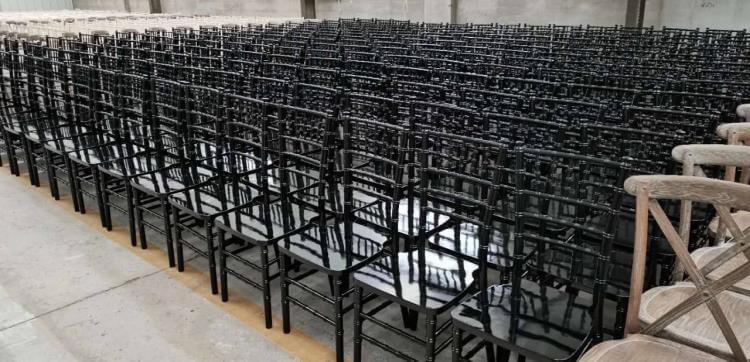 shiny black chiavari chairs